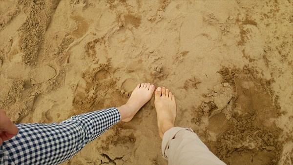 砂丘で裸足