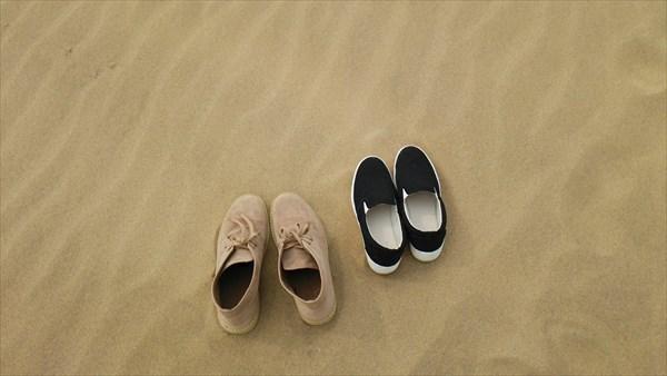 砂丘で靴を脱ぐ