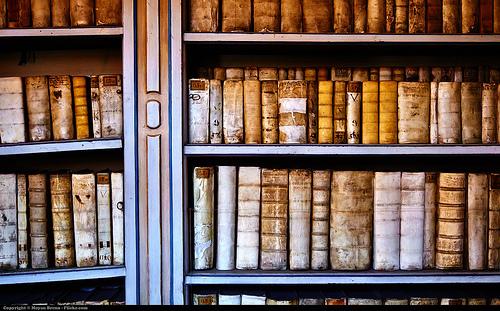 本棚に山積みとなった本をスッキリさせる7つの方法!