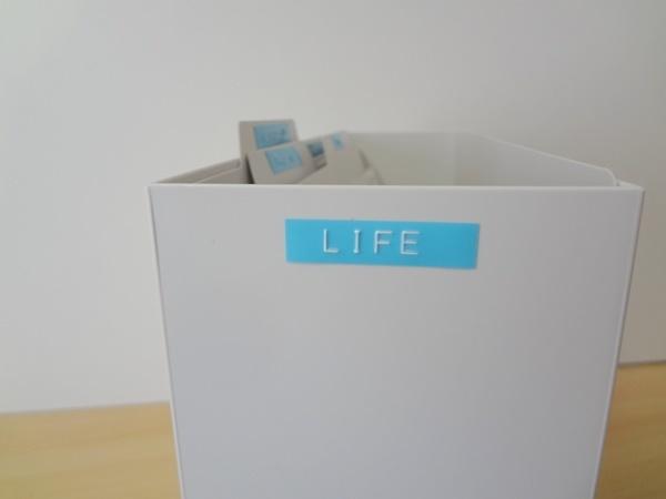 無印ファイルボックスに水色のラベル