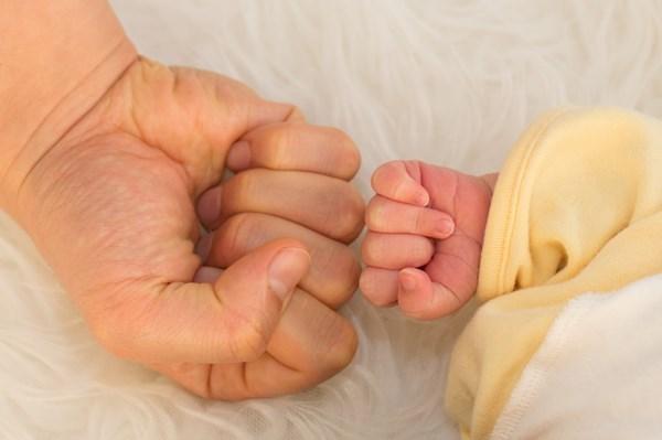 赤ちゃんと父親の手