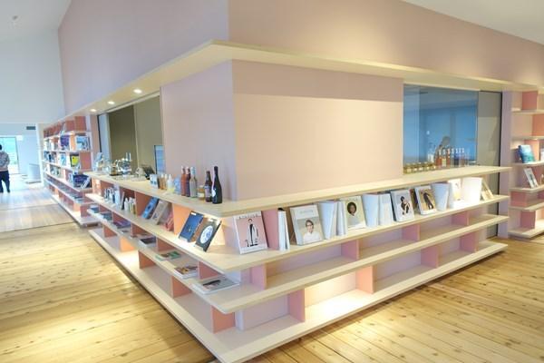 ソラノビーチBooks&Café おしゃれな本がたくさん