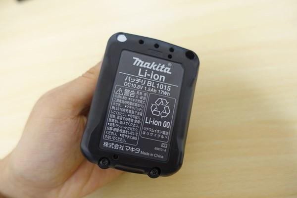 CL107FDSHWのバッテリーを片手で持っている写真