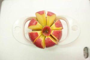 リンゴカッターを使って一瞬でリンゴが八等分に